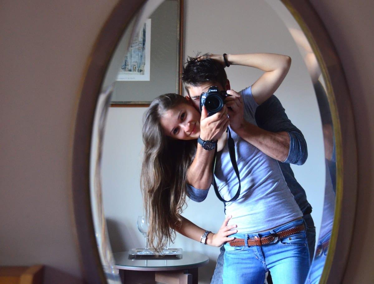 Pärchen vor einem Spiegel